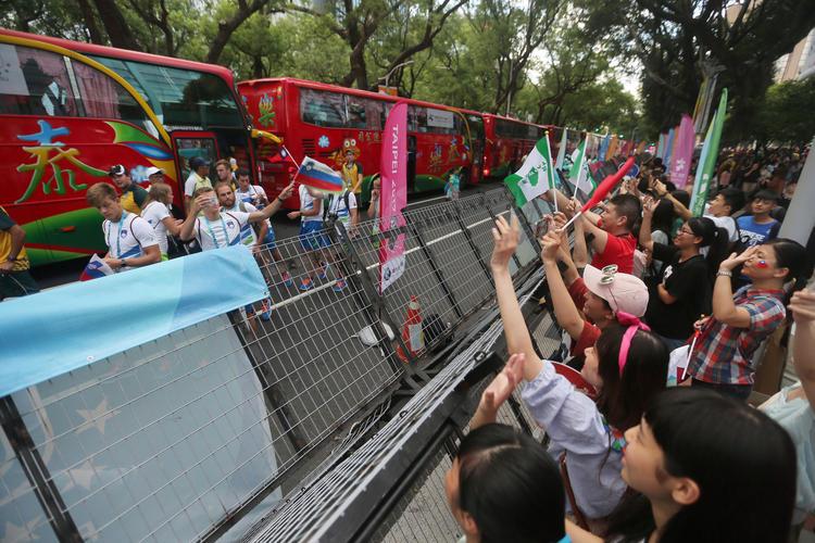 世大運閉幕式 民眾熱情向運動員打招呼