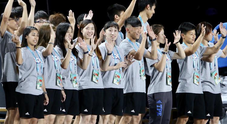 世大運閉幕 台灣選手與民眾揮手致意