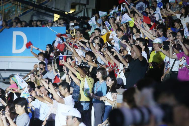 世大運閉幕選手進場 觀眾熱情歡迎