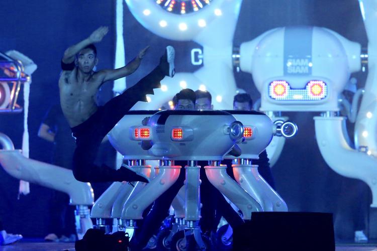 世大運閉幕壓軸 機器人與真人演出