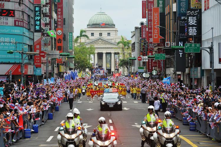 台灣英雄大遊行總統府 民眾夾道歡迎