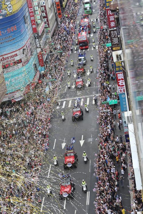 台灣英雄大遊行 灑彩帶為選手喝采