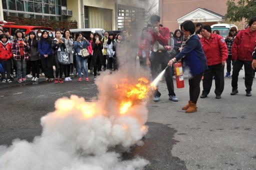中州科大校園安全複合式災害防護訓練由師生親自操作滅火器。