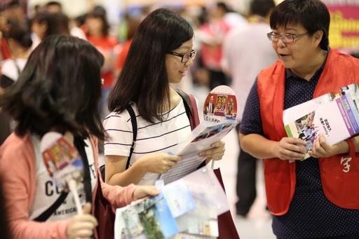 大學博覽會登場 ,南華大學「2+2雙學位」夯,現場為考生介紹學校辦學特色與優勢。