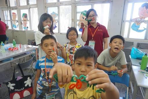 志工陪伴孩子發揮創意