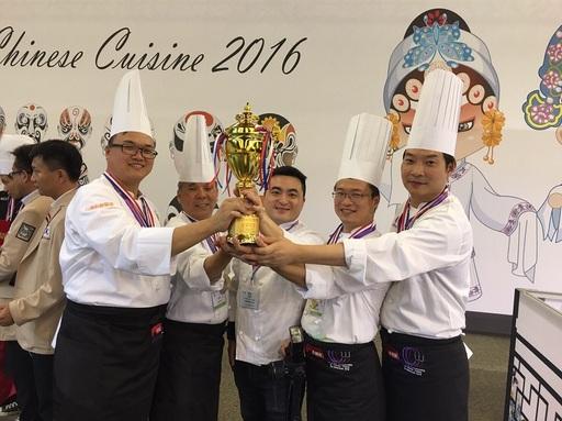 台灣廚師聯盟開平餐飲聯合隊於今年中國烹飪世界大賽奪下團體賽金牌的佳績。(左起為朱華慶師傅、李昭明師傅、夏豪均副校長、莊紋豪師傅、黃景龍師傅)