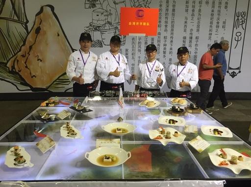 台灣廚師聯盟開平餐飲聯合隊在展台中融入鯉魚、池塘等元素,將中華餐飲美學展現得淋漓盡致。