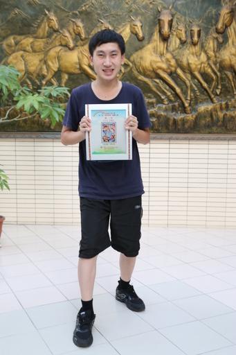 王允中的繪畫作品「快樂出遊」奪得青少組冠軍