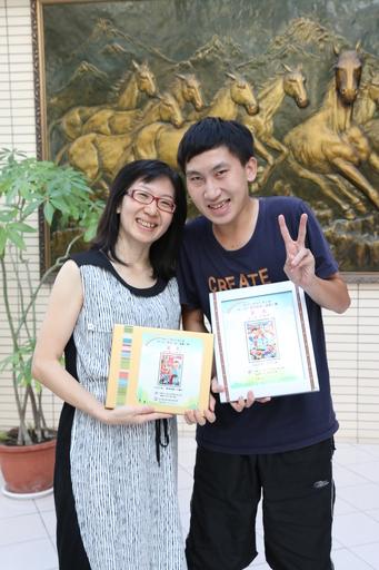王媽媽(左)對王允中(右)悉心引導,協助他找到興趣