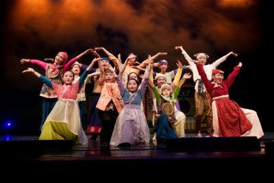 佳音教育基金會「英語劇團」邀請喜愛表演的小朋友踏上專業舞台,一起成為鎂光燈的焦點,體驗英語話劇表演的魅力!