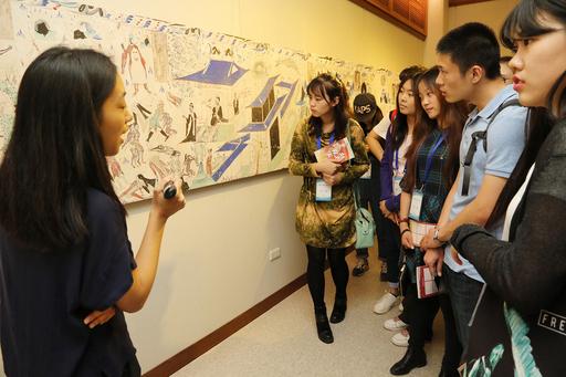 11月17日中興大學藝術中心舉辦「絲路拾珍—敦煌文化藝術展」開幕式,吸引許多學生參觀展覽。