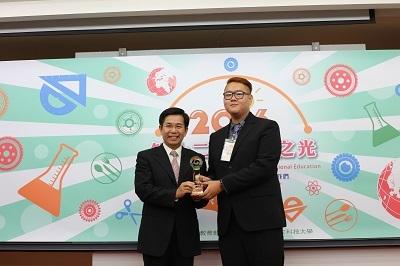 遠東科大資工系白樹禮(右)獲頒2016證照達人 左為教育部長潘文忠