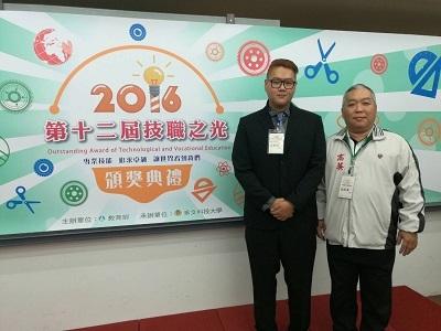遠東科大資工系白樹禮(左)獲得2016證照達人
