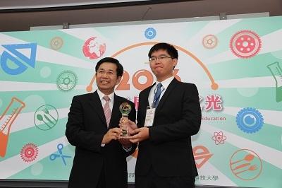遠東科大機械碩二戴昭民(右)獲頒2016發明達人 左為教育部長潘文忠
