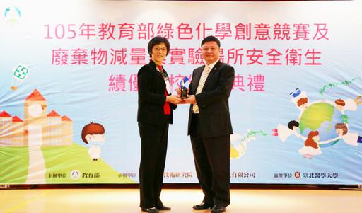 榮獲特優獎之朝陽科大總務長張華南(右)接受教育部資訊及科技教育司副司長劉文惠(左)表揚。
