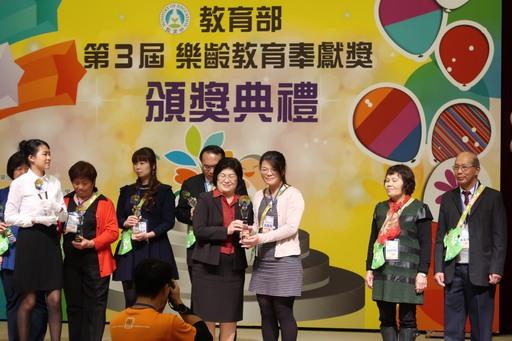 榮獲卓越領導獎之朝陽科大銀髮產業管理系洪瑞英老師(右)接受教育部主任秘書陳雪玉(左)表揚。