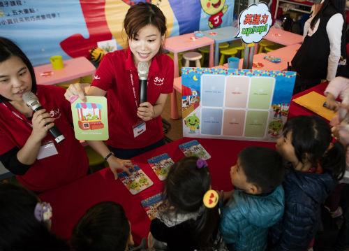 好禮搶不完!親子挑戰「逛夜市紙牌」遊戲,手腦並用學英語拿禮物!