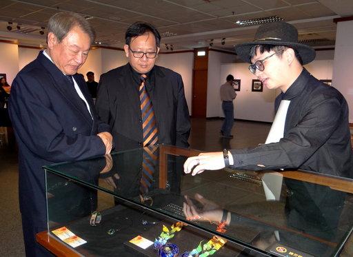 李益丞同學以紅銅、銀、琺瑯製成的「烏托邦21」獲青睞。