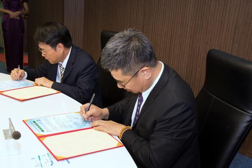 高應大、高雄銀行簽署策略聯盟合作備忘錄,簽署儀式由高應大楊慶煜校長(右)與高雄銀行簡振澄代理董事長(左)代表進行。