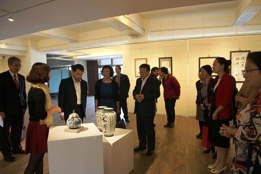 甘肃卫生职业学院一行参观艺术中心青花瓷