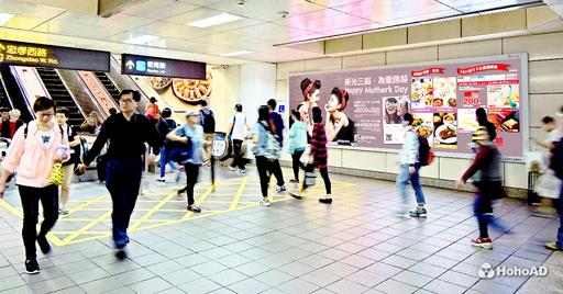 百货业者尤其喜欢在邻近捷运站投放广告,吸引精准客群消费。