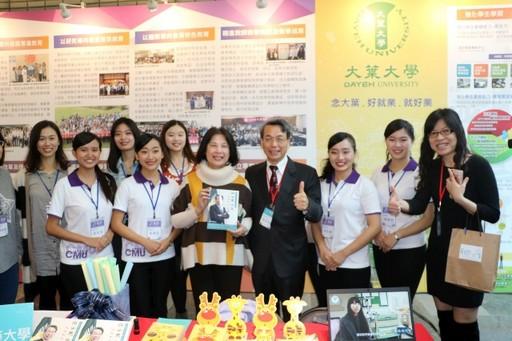 教育部高教司長李彥儀在中國醫藥大學靜態展區替同仁打氣。