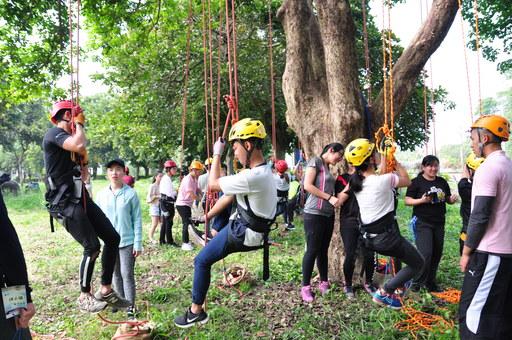 中區僑生春季活動安排一系列戶外探索體驗課程,圖為學生們參加攀樹體驗。