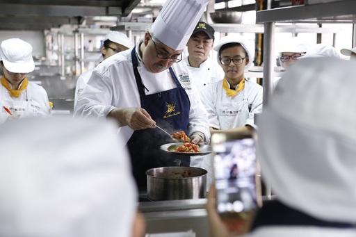 美國廚藝學院(The Culinary Institute of America, CIA)講師主廚暨巴西美食大使Almir Da Fonseca親自教授學生巴西道地風味菜。