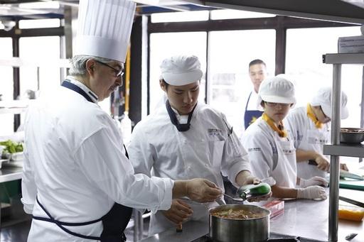 開平餐飲國際班每學期都會與世界頂尖餐旅學校合作課程,培育具國際餐飲實力的學生。
