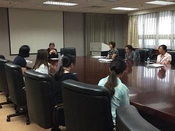 委員與各系行政人員進行座談