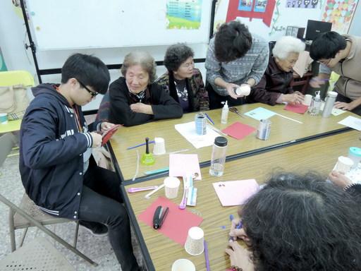南華大學榮獲教育部青年志工績優團隊「第一名」, 志工隊至社區舉辦「再利用好好玩科學營」,教導長者和學童利用廢紙杯製作竹蟬童玩。