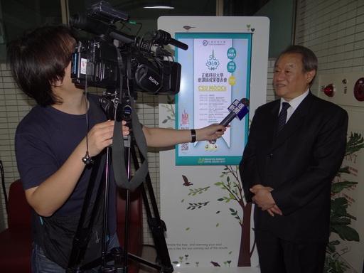 校長龔瑞璋接受電視媒體訪問。