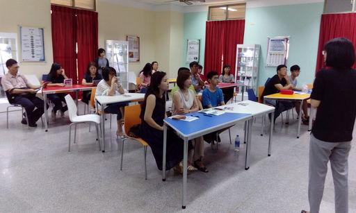 CTBC International Academy執行秘書徐櫻芳為參與說明會家長進行簡報說明