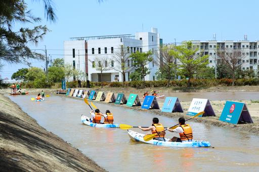 中信國際實驗教育機構鄰近台江國家公園,是個擁有26公頃的優美校園 ,並直接在校園裡打造獨木舟划水道,回歸自然學習