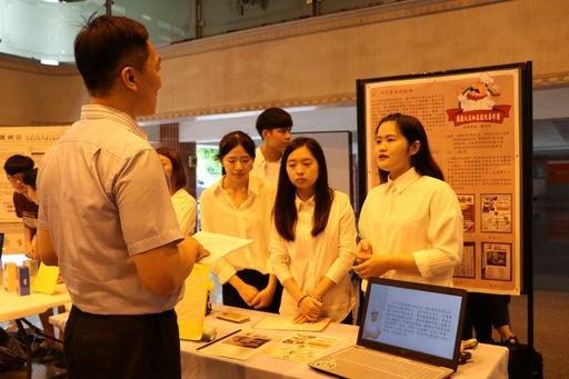 企管系學生與企業負責人介紹專題製作