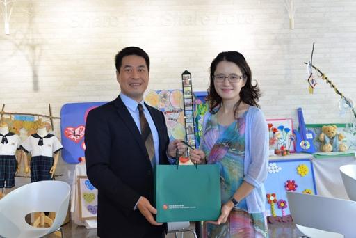 sharefun Academy執行長Vivian(右)與CIA執行長鄭欽哲(左)代表兩校簽署聯盟