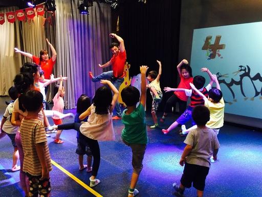 佳音英語與騎士堡首度聯名,在騎士堡京華城據點—小美人魚的家,推出「一同去澳遊ABC FUN PARTY」英文體驗活動,佳音英語老師用肢體語言教導英文數字的說法。