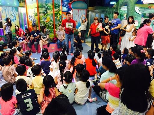 佳音英語與騎士堡首度聯名,在騎士堡京華城據點—小美人魚的家,推出「一同去澳遊ABC FUN PARTY」英文體驗活動,吸引眾多小朋友及家長前往參與。