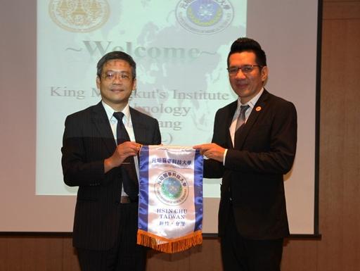 元培林校長贈予泰國孟克國王大學農林院長Dr.Prophan紀念品