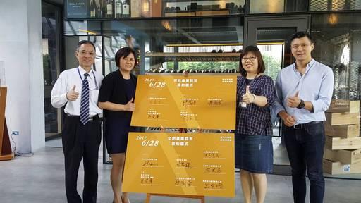 文創資訊產業聚落簽約代表分別是國興資訊股份有限公司總經理洪孟志(左一)及BELUGA法式餐廳總經理吳至弘(右一)。