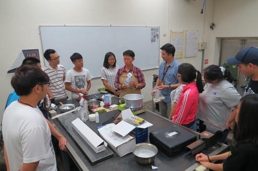 聖約大創設系邀請國際級珠寶飾品設計大師PJ Chen教授於系上時尚媒材創作教室傳授同學複合媒材創作知識與技法