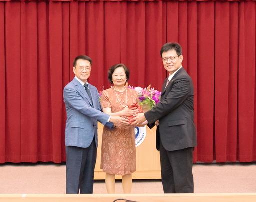 靜宜大學前校長暨財金系講座教授俞明德(右一)榮任中國科技大學校長