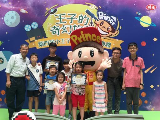 味王總經理陳恭平為所有得獎者頒獎。