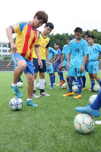 韓國金成俊教練傳授美崙國中選手足球美技