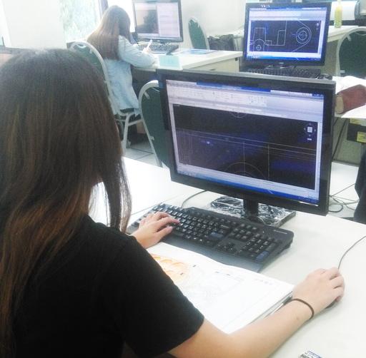 廷恩以電腦繪圖軟體繪製三視圖