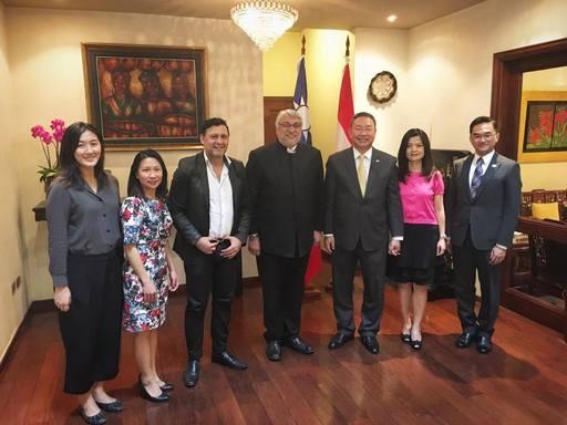 俞大使夫妇与L议长及B主席等合影。
