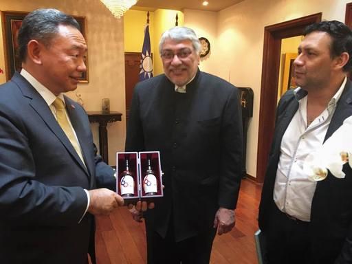 俞大使致赠L议长及B主席台巴建交60周年限量威士忌纪念礼盒。