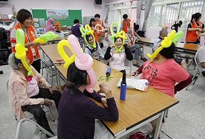 图为龙华科大原民学生志工团,前往花莲撒固儿部落返乡服务,部落长辈们做气球笑开怀。