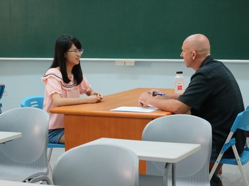 中信國際實驗教育機構外師Henry老師與學生一對一英語談話,提升學生英語日常對話及聽、說能力