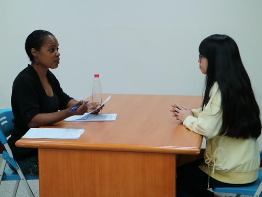 中信國際實驗教育機構外師Alexis老師對學生進行1對1外語測試